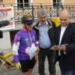 Bodo Kotzomb, Alain Gamper und der Teltower Bürgermeister Thomas Schmidt (v.l.n.r.) beim Start auf dem Teltower Marktplatz